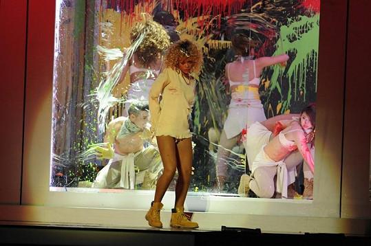 Podivně zvolený kostým na Brit Awards zpěvačce příliš nelichotil.