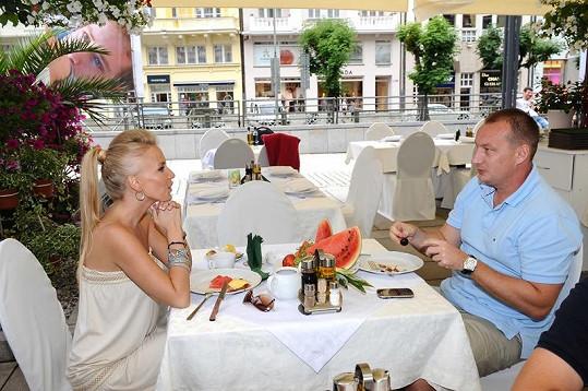 Michaela Ochotská s přítelem Michalem Exnerem na obědě.