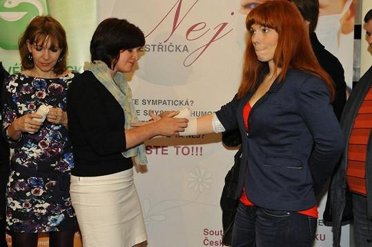 V duchu akce si Nosková nechala na vyhlášení dalšího ročníku Nej sestřičky roku zkusmo obvázat vítězkou loňského ročníku ruku.