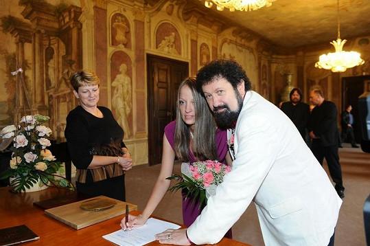 Manželé stvrzují podpisem svou ochotu vstoupit do svazku manželského.