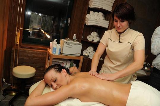 Agáta Hanychová si dopřává masáž.