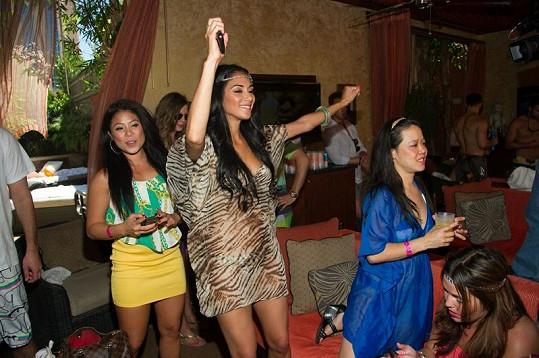 Zpěvačka to na párty rozjela.