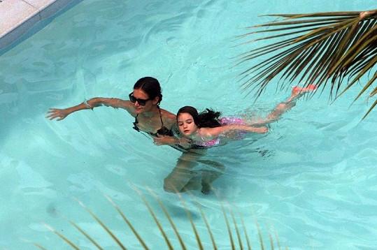 Katie Holmes a Suri v bazénu v Miami.