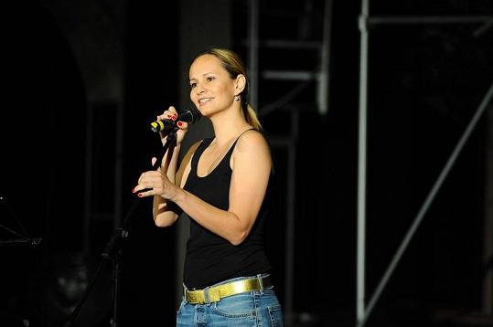Monika Absolonová na pódiu divadla.
