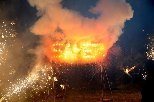 Na závěr večera proběhla i ohnivá show.