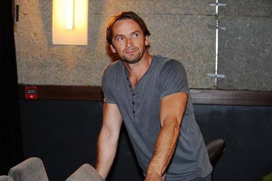 Jan Révai hraje otce.