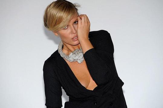 Simona Krainová vypadá pořád úžasně.