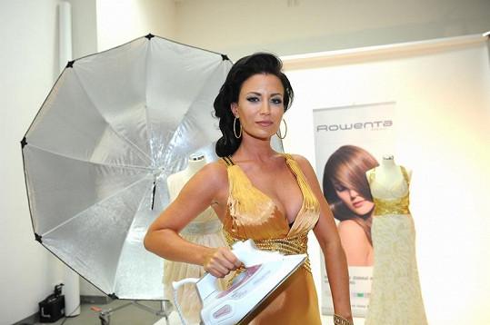 Gabriela Partyšová pózovala v nádherných zlatých šatech.
