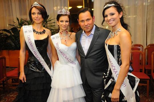 Tři nejkrásnější hasičky roku 2011 se zpěvákem Pavlem Vítkem.