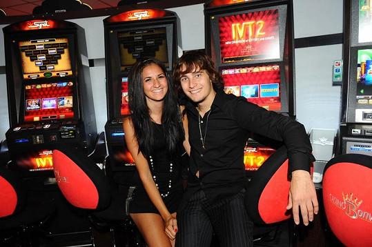 Otvíračky kasína se zúčastnil i závodník Karel Abraham s partnerkou.