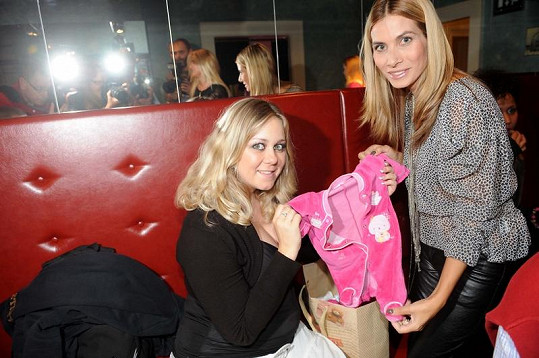Kláře přinesla Eva Decastelo oblečení pro miminko.
