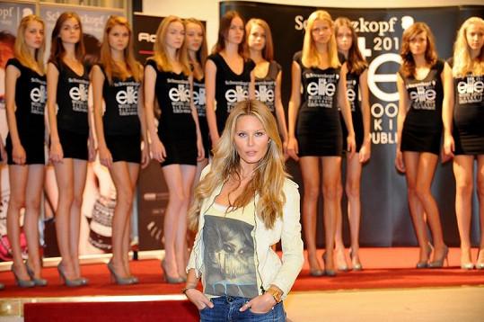 Simona Krainová s finalistkami soutěže.