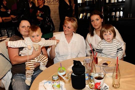 Lucie Králová s maminkou, chůvou a syny Robertem a Richardem