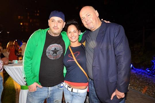 Raper Jakub Mohamed Ali s přítelkyní a producentem Pavlem Páskem.
