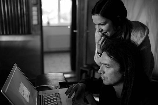 S deskou Anně opět pomáhá její věrný partner Tomáš Vartecký.