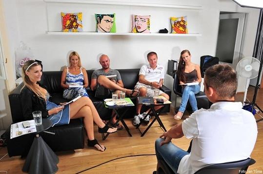 Odborná porota v čele s double Ing. Lubošem Bojanovským, producentem Rosťou Janků, vizážistkou Lucií Tůmovou, produkční Ivou Crkalovou a vítězkou Miss Hasička Čr 2011 Ivanou Hnilicovou měla z čeho vybírat.