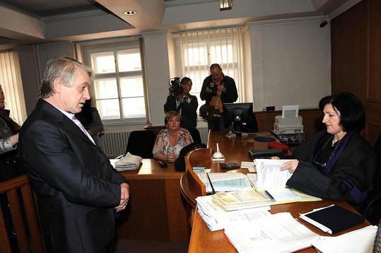 Říčanský podnikatel nejprve žádal vyhazov novinářů.