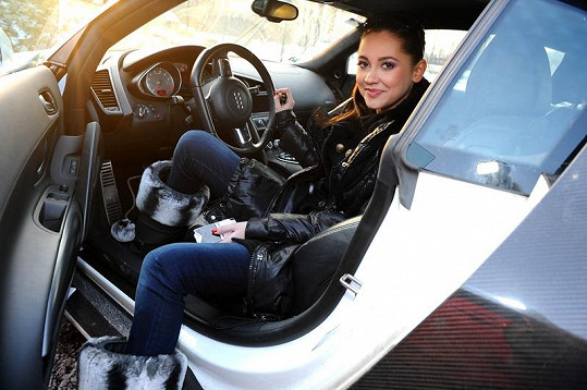 Hana Svobodová v autě.