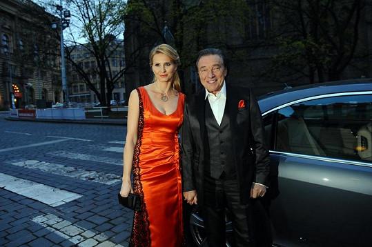 Karel Gott s manželkou Ivanou, která předávala cenu Michalu Davidovi.