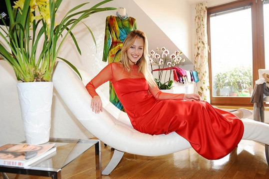 Přestože to tak nevypadá, šaty jsou prý velmi pohodlné. Letos hodlá Česká Miss 2006 na plese dokonce i tančit.