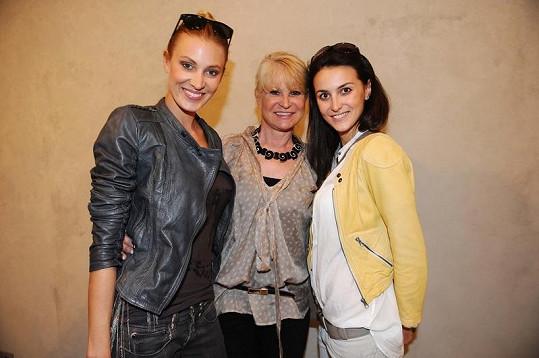 Miladu Karasovou přišly pozdravit modelky Katka Průšová a Pavla Hrbková.
