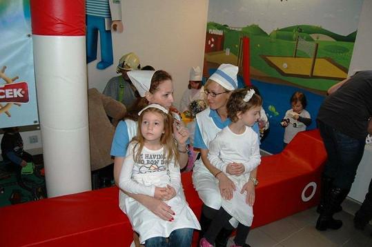 Markéta Hrubešová a Zuzana Belohorcová se předvlékly do úboru zdravotních sestřiček.