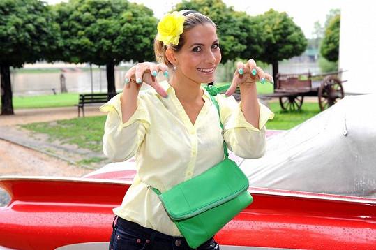 Eva Decastelo ukázala zeleně nalakované nehty. Sladila s nimi i kabelku.