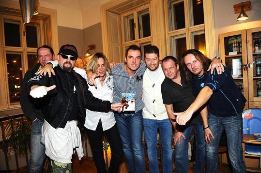 Tvůrci nového cédéčka Rockové Vánoce 2 s kmotrem Tomio Okamurou.