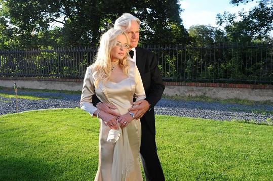 Novomanželé na zahradě Martinického paláce.