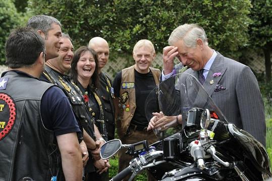 Princ Charles vtipkuje s motorkáři.