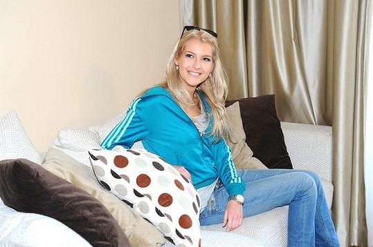 Česká Miss 2011 Jitka Nováčková na pohovce, kterou bude další rok okupovat.