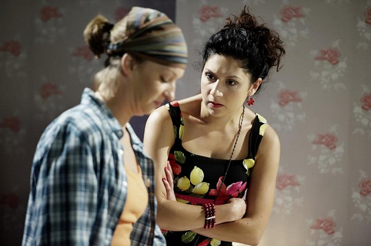 Martha (vpravo) se seriálovou sestrou Helenou Sandry Pogodové.