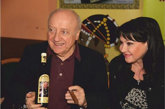 Dáda s manželem Felixem, který má také svou láhev.