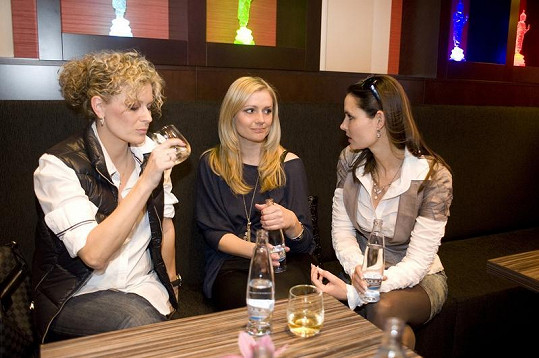 Terezie Dobrovolná (vpravo) a Monika Židková (uprostřed) dávaly Kateřině Stočesové mateřské rady.