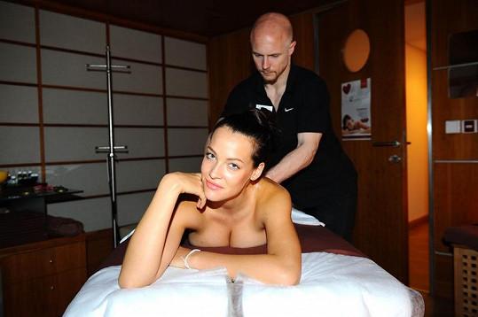 Krásná Katka si užívá masáž.