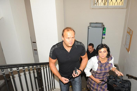Marek Vít přichází se svou právničkou Klárou Samkovou do soudní budovy. Záda jim kryje bodyguard.