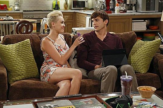 Miley Cyrus v seriálu Dva a půl chlapa.