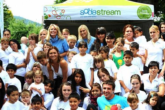 Patronky s dětmi z dětských domovů.