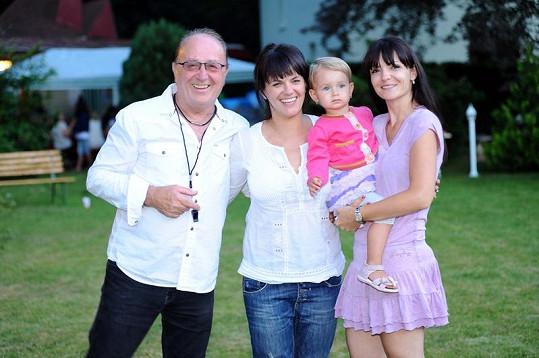 Marta Jandová s tátou Petrem Jandou, jeho ženou Alicí a sestrou Anežkou.