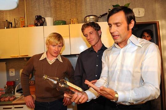 Roman Vojtek vysvětluje svým kolegům Jaromírovi Noskovi a Ladislavu Hamplovi, jak rychle by tuhle láhev vypil.