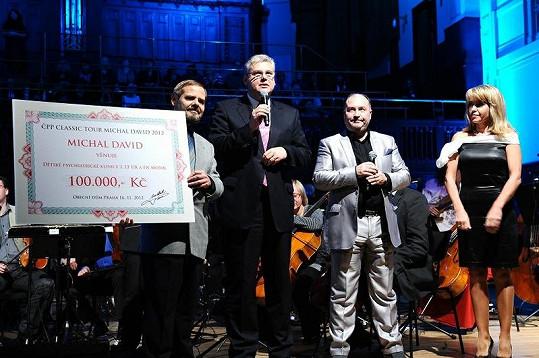 Michal David na svém koncertě věnoval 100 tisíc korun motolské nemocnici na léčbu mentální anorexie.