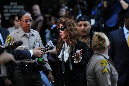 Zpěvákova sestra La Toya Jackson hovoří s novináři.