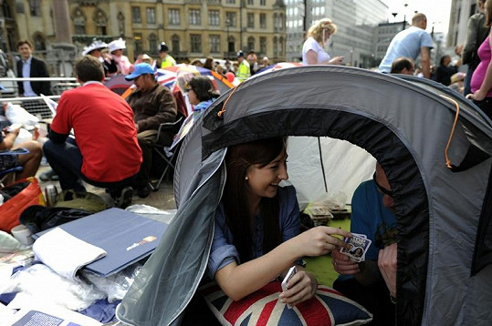Lidé kempují na těch nejlepších místech u Westminsterského opatství a Buckinghamského paláce i několik dní, jen aby něco ze svatby viděli.