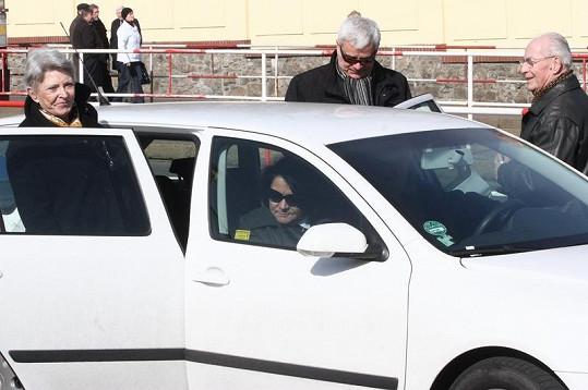 Jana a Petr Štěpánkovi odjíždějí z obřadu.