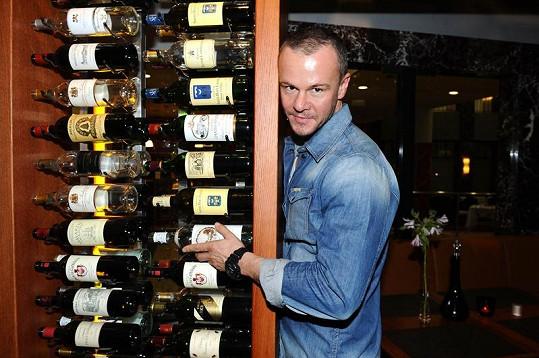 Braňo Polák pózoval u spousty lahví vína.