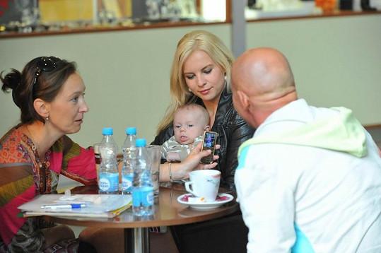 Moderátorka se nechala s miminkem vyfotit.