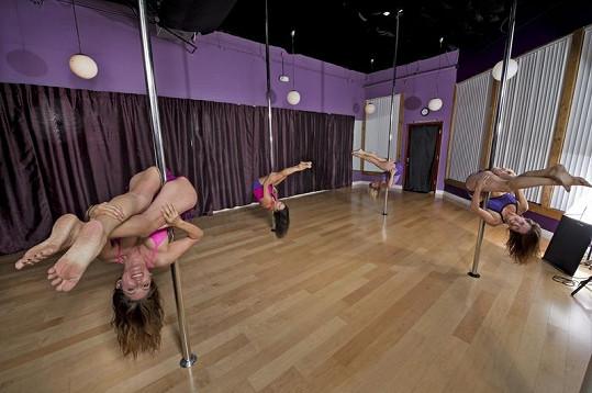 Dámy cvičí gymnastické prvky v posilovně Siren Fitness Studio.