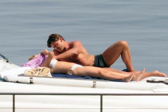 Scarlett Johansson a její bodyguard se plavili podél sicilského pobřeží.