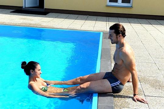 Martin Gardavský s přítelkyní Denise v bazénu.