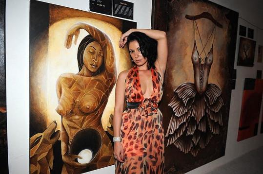 Adéla Taş u jednoho ze svých obrazů.